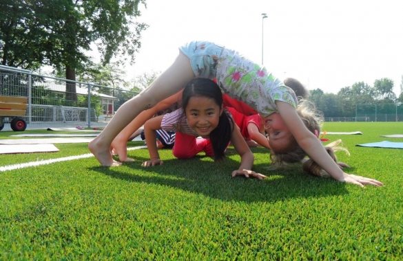 kids-yoga-ouside-585x380