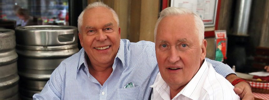 epa04900656 Twin brothers George Skrzynecky (L) and Lucjan Poznanski (R) meets in Warsaw, Poland, 27 August 2015. The brothers on 24 August 2015 met for the first time in 69 years. The brothers were born in Germany, where their mother, forced labor worker, worked. Shortly after the birth, she fell ill and couldn't take care of the children. The boys were transported to Poland and placed in an orphanage and then, they came to different adoptive families. Their meeting was made possible thanks to the help of the Polish Red Cross. EPA/TOMASZ GZELL POLAND OUT +++(c) dpa - Bildfunk+++
