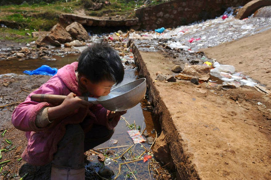You-Will-Want-To-Recycle-Everything-After-Seeing-These-Photos-A-Child-Drinks-Polluted-Water-From-A-Stream-In-Fuyuan-County-Yunnan-Province