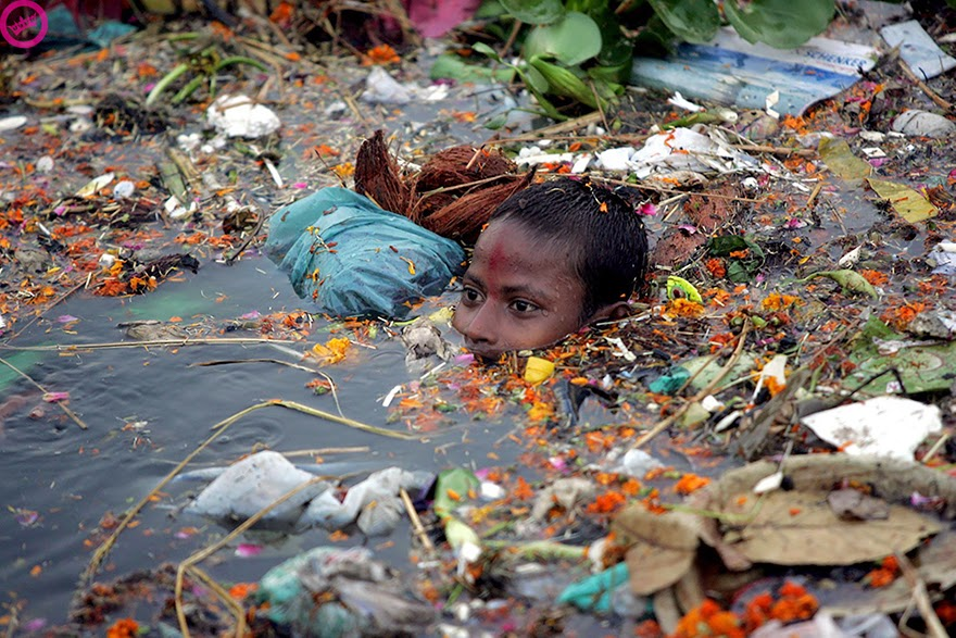 You-Will-Want-To-Recycle-Everything-After-Seeing-These-Photos-Boy-Swimming-In-Polluted-Water-In-India