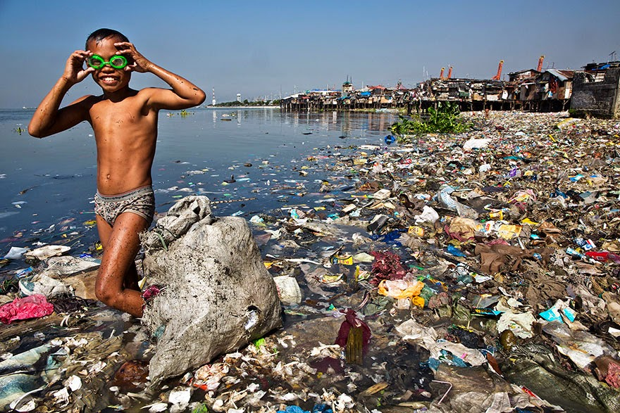 You-Will-Want-To-Recycle-Everything-After-Seeing-These-Photos-Plastic-Diver