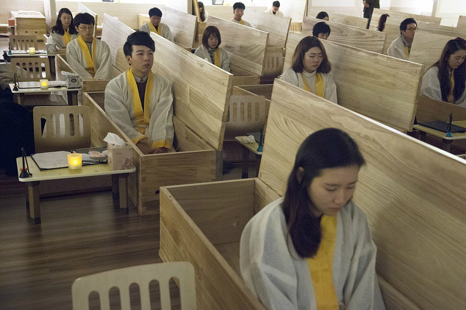 2DA2DEAE00000578-3284587-Moment_of_death_Students_at_the_Seoul_Hyowon_Healing_Centre_sit_-a-3_1445537448865
