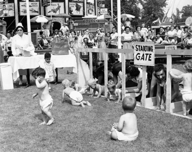 Des bébés sur le gazon durant la course de bébés, ou 'Diaper Derby', sont encouragés par leurs mères restées dans les starting-blocks, à Palisades Park, New Jersey, NJ. (Photo by Keystone-France\Gamma-Rapho via Getty Images)