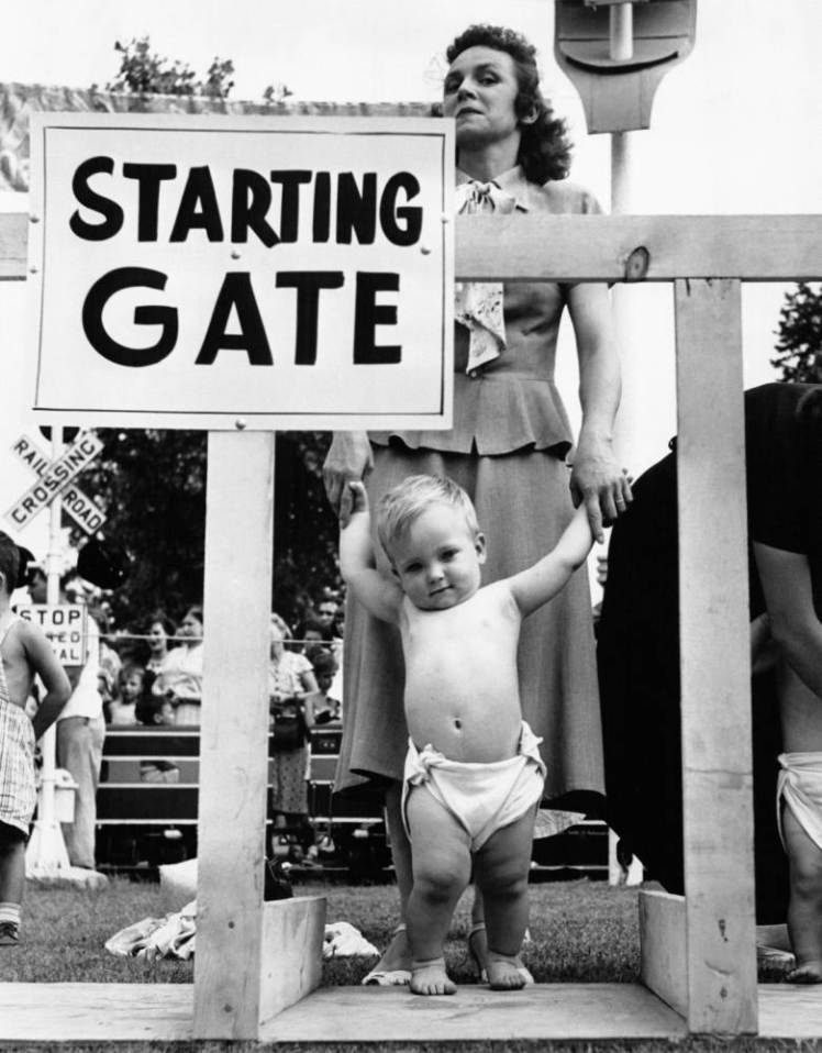 Une mère tient les mains de son bébé dans les starting-blocks pour la course de bébés, ou 'Diaper Derby' de Palisades Park, dans le New Jersey, NJ. (Photo by Keystone-France\Gamma-Rapho via Getty Images)