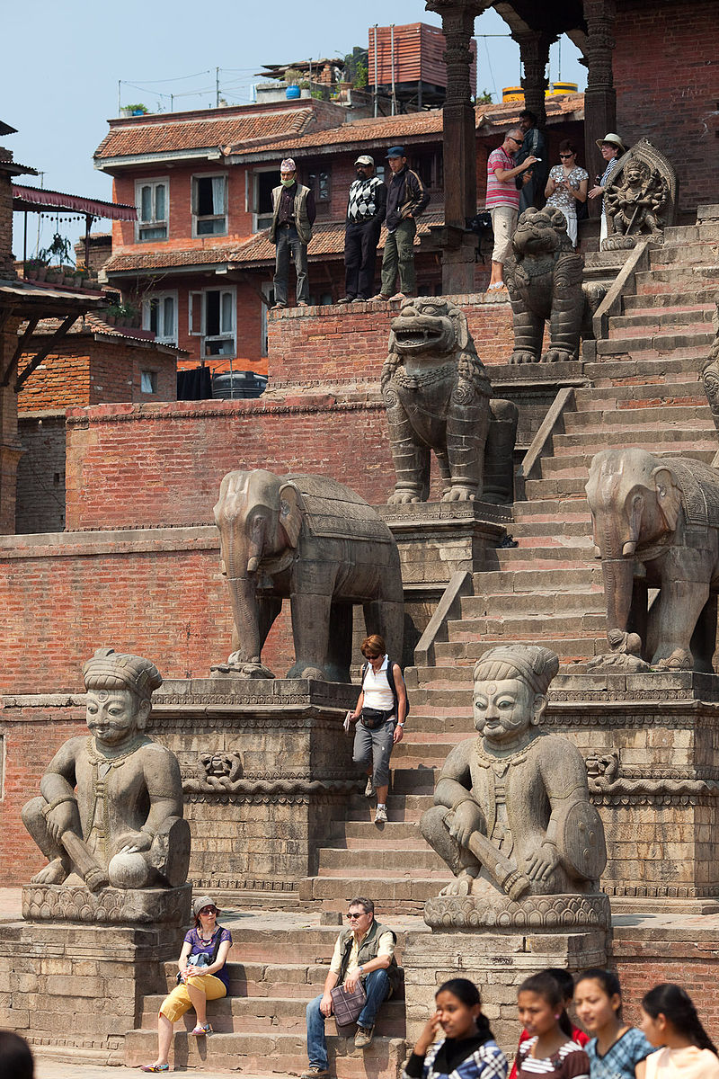Nyatapola_Temple_Stairs_with_Guardian_Statues,_Taumadhi_Tole_(5241412167)
