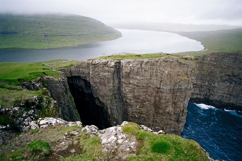 faroes-island-lake-above-an-ocean-1