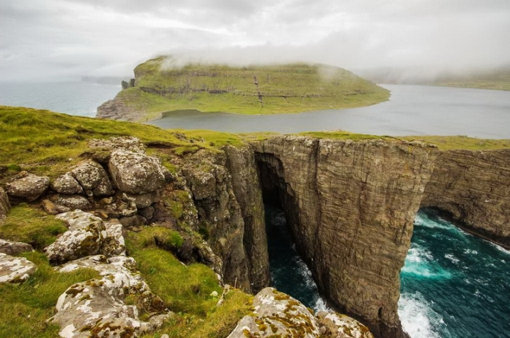faroes-island-lake-above-an-ocean-10