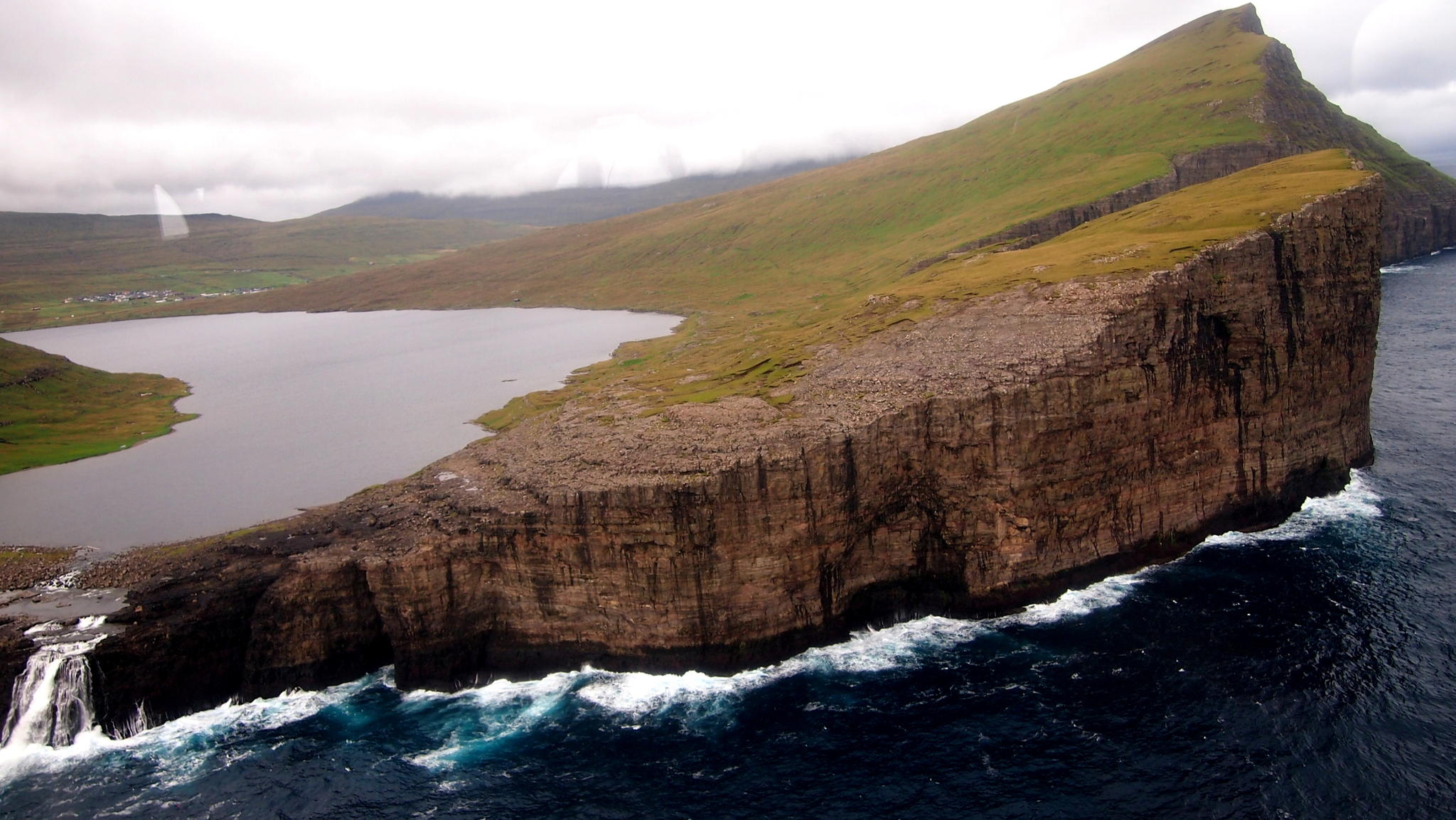 faroes-island-lake-above-an-ocean-2