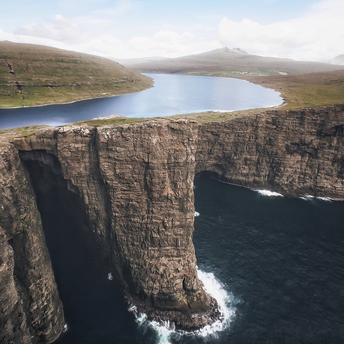 faroes-island-lake-above-an-ocean-3