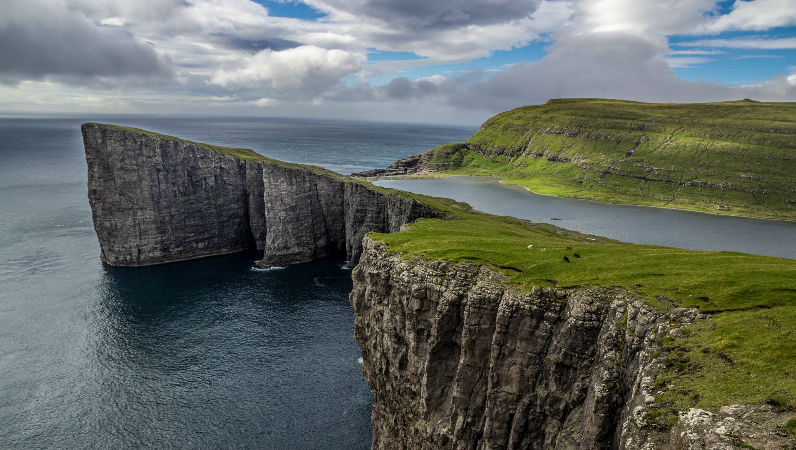faroes-island-lake-above-an-ocean-4