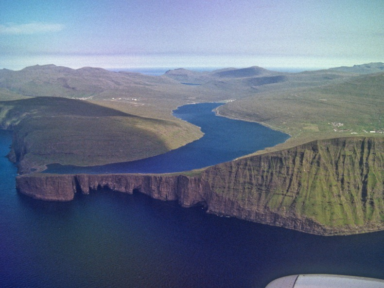 faroes-island-lake-above-an-ocean-5