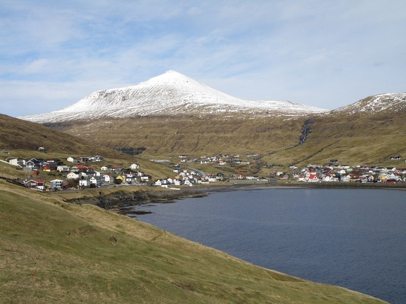 faroes-island-lake-above-an-ocean-7