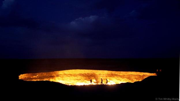 BKXM6R Derweze or Darvaza, aka as the Door to Hell is a huge crater of burning natural gas in the Kara-kum desert in Turkmenistan.. Image shot 08/2009. Exact date unknown.