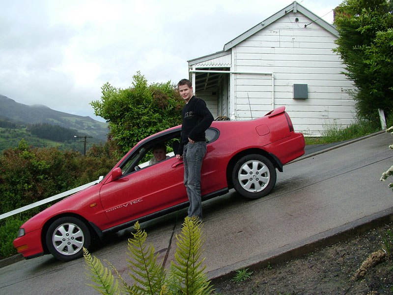 steepest-residential-street-in-the-world-baldwin-street-dunedin-new-zealand-guiness-world-record-4