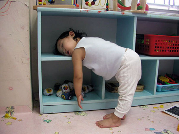 funny-kids-sleeping-anywhere-125-57aaeafca9771__605