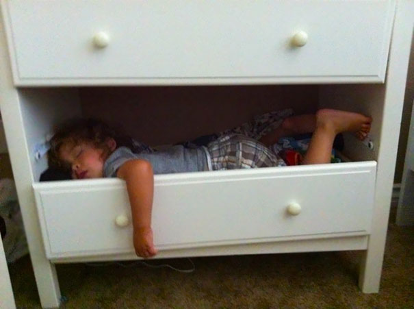 funny-kids-sleeping-anywhere-22-57a98810dddf6__605