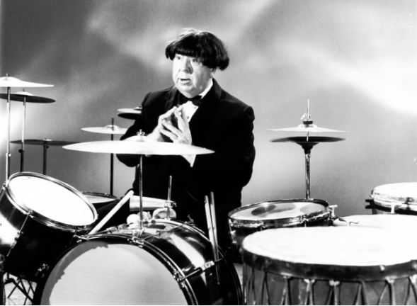 Alfred Hitchcock, mint Ringo Starr,1964.