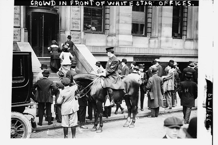 outside-the-white-star-line-office-after-the-disaster