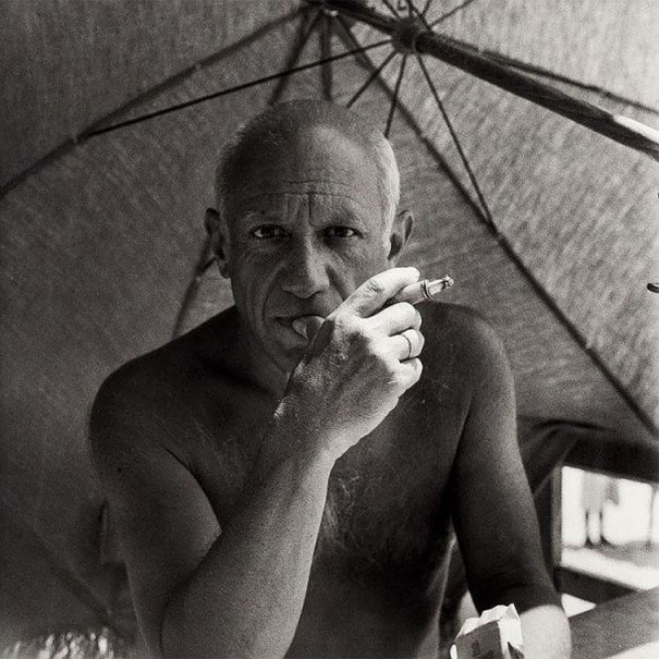 pablo-picasso-smoking-a-cigarette-on-the-beach-1947