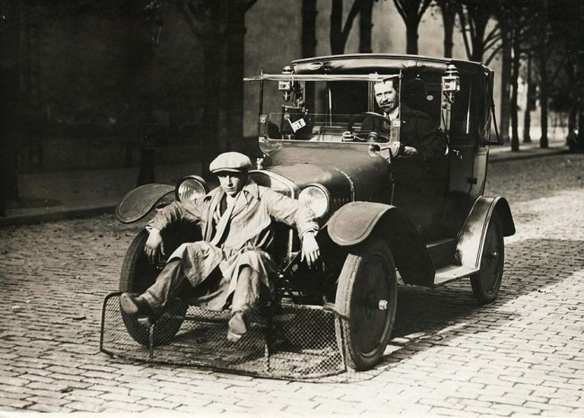 police-car-with-a-shovel-to-prevent-casualties-or-injuries-among-pedestrians-1920